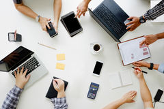 Opinión superior de Team Brainstorming Corporate de la reunión de negocios Imágenes de archivo libres de regalías