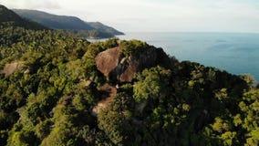 Opinión superior del abejón aéreo del acantilado costero tropical del paraíso exótico con las piedras volcánicas cubiertas con la almacen de video