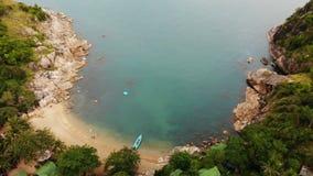 Opinión superior del abejón aéreo de la orilla minúscula del paraíso exótico tropical blanco de la arena en la isla de Koh Pranga almacen de video