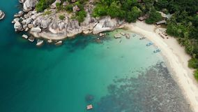 Opinión superior del abejón aéreo de la orilla minúscula del paraíso exótico tropical blanco de la arena en la isla de Koh Pranga metrajes