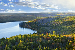 Opinión superior del bosque y del lago de la caída imagen de archivo