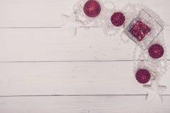 Opinión superior del día de fiesta de la Feliz Navidad de abeto del árbol de Toy Decor Star Ball Gift del fondo blanco mágico bla Fotos de archivo libres de regalías