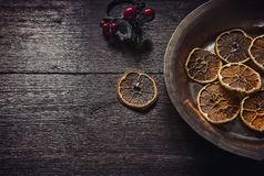 Opinión superior del fondo de madera oscuro de la Navidad imagenes de archivo