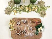 Opinión superior del fondo galletas del pan de jengibre y de las decoraciones hechas en casa de la Navidad Fotografía de archivo