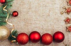 Opinión superior del fondo rústico de la decoración del Año Nuevo de la Navidad Fotos de archivo libres de regalías