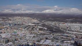 Opinión superior del invierno de la ciudad de Petravlosk en los volcanes activos del fondo Lapso de tiempo almacen de video