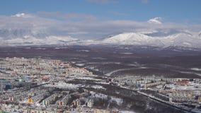Opinión superior del invierno de la ciudad de Petravlosk en los volcanes activos del fondo Lapso de tiempo metrajes