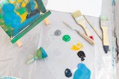 Opinión superior del lugar de trabajo sucio del pintor Art Studio Foto de archivo libre de regalías