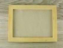 Opinión superior del marco de madera sobre piso de madera fotografía de archivo