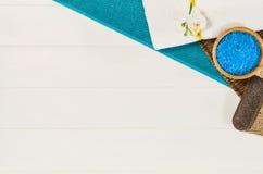 Opinión superior del marco del balneario Fondo en la tabla de madera blanca Imágenes de archivo libres de regalías