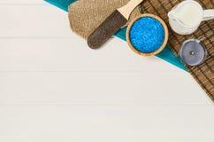 Opinión superior del marco del balneario Fondo en la tabla de madera blanca Imagen de archivo libre de regalías