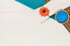 Opinión superior del marco del balneario Fondo en la tabla de madera blanca Foto de archivo libre de regalías