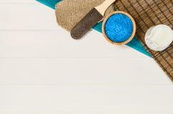 Opinión superior del marco del balneario Fondo en la tabla de madera blanca Fotografía de archivo