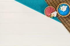 Opinión superior del marco del balneario Fondo en la tabla de madera blanca Imagenes de archivo