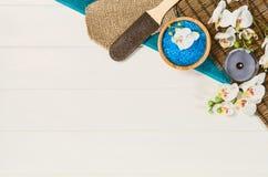 Opinión superior del marco del balneario Fondo en la tabla de madera blanca Fotos de archivo libres de regalías