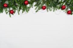 Opinión superior del marco del fondo de la Navidad sobre blanco con el espacio de la copia imágenes de archivo libres de regalías