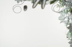 Opinión superior del marco del fondo de la Navidad sobre blanco con el espacio de la copia foto de archivo