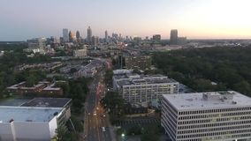 Opinión superior del panorama de la antena 4k sobre paisaje urbano céntrico ocupado del rascacielos del horizonte de Atlanta en l almacen de metraje de vídeo