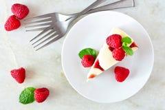 Opinión superior del pastel de queso de la frambuesa sobre un fondo brillante Imagenes de archivo