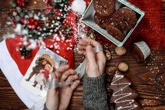 Opinión superior del primer el escritorio de madera con las decoraciones de la Navidad que ponen alrededor Imagen de archivo libre de regalías