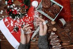 Opinión superior del primer el escritorio de madera con las decoraciones de la Navidad que ponen alrededor Foto de archivo libre de regalías