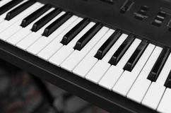Opinión superior del tablero dominante del piano del sintetizador Teclado electrónico profesional de Midi con llaves blancos y ne fotos de archivo