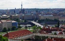 Opinión superior del tejado de la ciudad de Praga - vistas de la arquitectura Imágenes de archivo libres de regalías