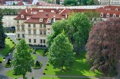 Opinión superior del tejado de la ciudad de Praga - vistas de la arquitectura Foto de archivo libre de regalías