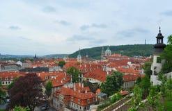 Opinión superior del tejado de la ciudad de Praga - vistas de la arquitectura Fotos de archivo