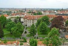Opinión superior del tejado de la ciudad de Praga - vistas de la arquitectura Fotos de archivo libres de regalías