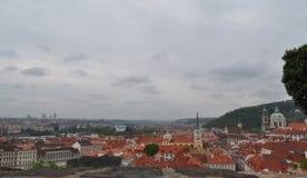 Opinión superior del tejado de la ciudad de Praga - vistas de la arquitectura Imagen de archivo libre de regalías