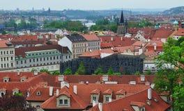 Opinión superior del tejado de la ciudad de Praga - vistas de la arquitectura Imagen de archivo