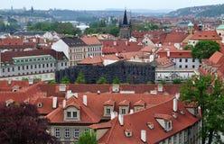 Opinión superior del tejado de la ciudad de Praga - vistas de la arquitectura Imagenes de archivo