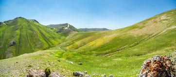Opinión superior del valle verde ancho de la montaña Imagenes de archivo