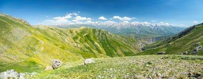 Opinión superior del valle verde ancho de la montaña Foto de archivo libre de regalías