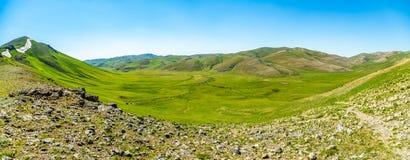 Opinión superior del valle verde ancho de la montaña Foto de archivo