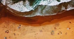 Opinión superior del verano aéreo del abejón del vuelo de la gente que se divierte en la playa en Portugal Fotografía de archivo libre de regalías