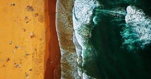 Opinión superior del verano aéreo del abejón del vuelo de la gente que se divierte en la playa en Portugal Fotos de archivo libres de regalías