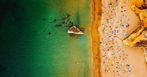 Opinión superior del verano aéreo del abejón del vuelo de la gente que se divierte en la playa en Portugal Imagen de archivo