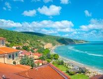 Opinión superior del verano hermoso de la costa costa el Mar Negro con la montaña, Fotos de archivo libres de regalías