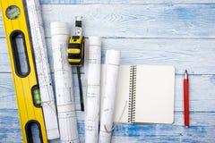 Opinión superior del worplace del arquitecto El proyecto arquitectónico, modelos, modelo rueda en la tabla de madera del escritor Imágenes de archivo libres de regalías