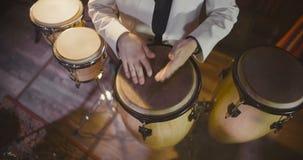 Opinión superior el batería del jazz que juega en los tambores almacen de metraje de vídeo