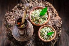 Opinión superior el compañero del yerba del sabor hecho de hojas secadas Fotografía de archivo