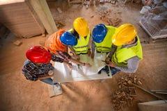 Opinión superior el equipo en la construcción de edificios imagen de archivo