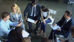 Opinión superior el grupo de hombres de negocios que comparten las ideas que trabajan juntos a los empresarios Team Brainstorming almacen de video