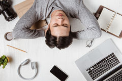 Opinión superior el hombre de negocios cansado en el lugar de trabajo con el espacio de la copia fotografía de archivo libre de regalías