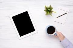 Opinión superior el hombre de negocios que trabaja en una tableta imágenes de archivo libres de regalías