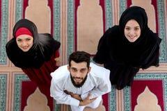 Opinión superior el hombre musulmán y la mujer que ruegan en mezquita Foto de archivo libre de regalías