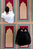 Opinión superior el hombre musulmán y la mujer que ruegan en mezquita Fotos de archivo libres de regalías