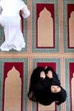 Opinión superior el hombre musulmán y la mujer que ruegan en mezquita Imágenes de archivo libres de regalías